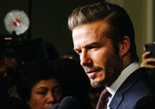 David Beckham, alla guida col cellulare: patente ritirata