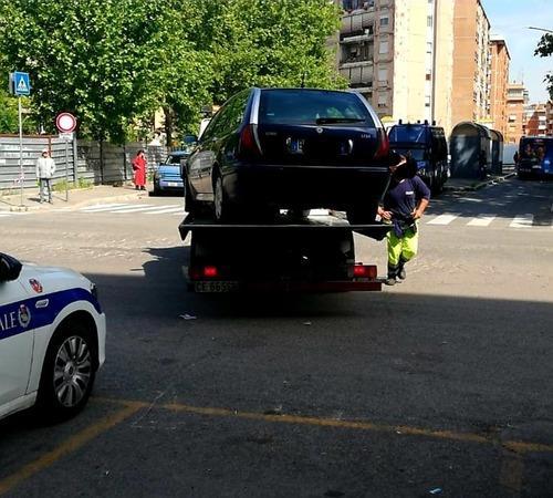 Targa inesistente, senza assicurazione: sequestrata l'auto della famiglia rom di Casal Bruciato (2)