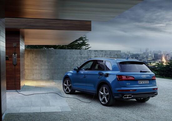 La nuova Audi Q5 55 TFSI e quattro in fase di ricarica