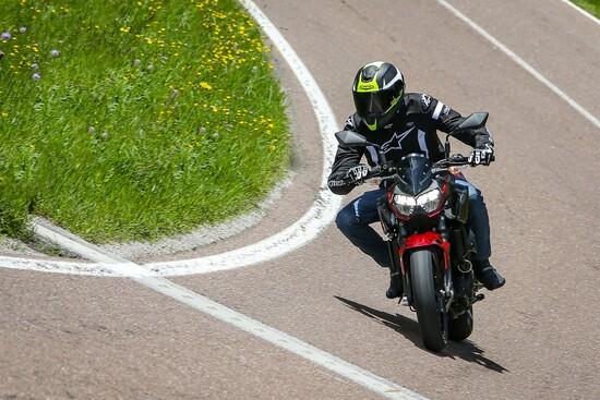 Alla guida della Kawasaki Z400 2019
