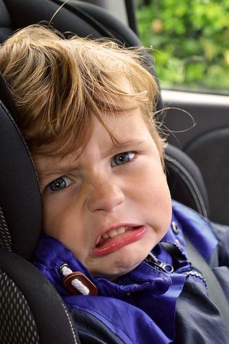 Sicurezza bambini in auto, Seduti davanti o dietro, il 30% dei piccoli soffre: ecco le regole (5)