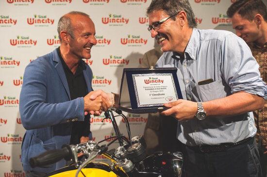 La consegna del primo premio alla Ducati 450 Scrambler da parte del presidente di giuria, Carlo Fiorani
