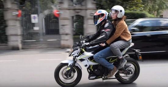 In giro per Milano con la Kawasaki Z125