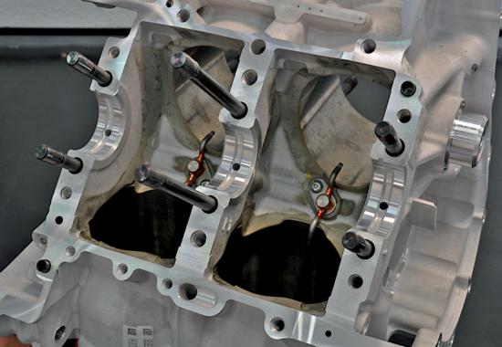 La foto consente di osservare la disposizione degli ugelli che emettono i getti di olio destinati a raffreddare i pistoni in un motore motociclistico a quattro cilindri a V di altissima potenza specifica