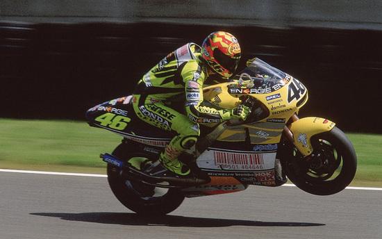 Il 22enne Valentino Rossi vince con la NSR500 l'ultimo titolo con una moto a due tempi