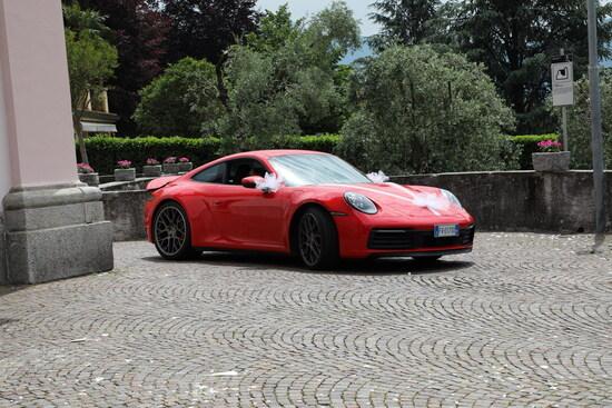 La 911 (992) viaggia pacatamente in modalità Normal, senza sfruttare i 450 CV e fare urlare gli scarichi del suo 6 cilindri boxer