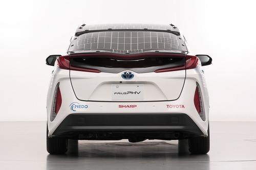 Toyota Prius PHEV, con i pannelli solari Sharp guadagna 44 km di autonomia (2)