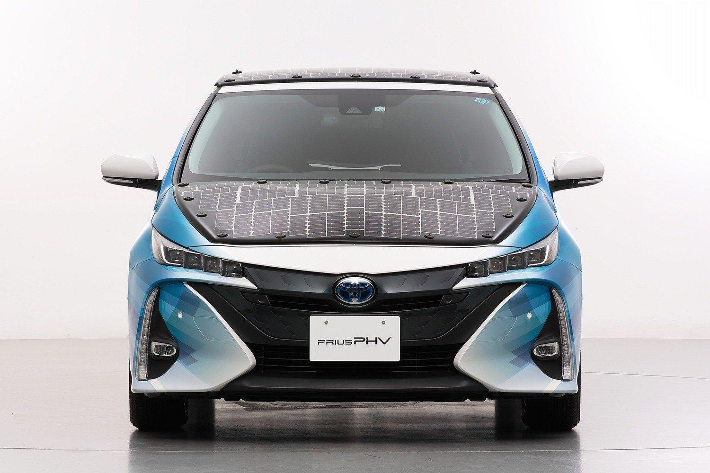 Toyota Prius PHEV, con i pannelli solari Sharp guadagna 44 km di autonomia