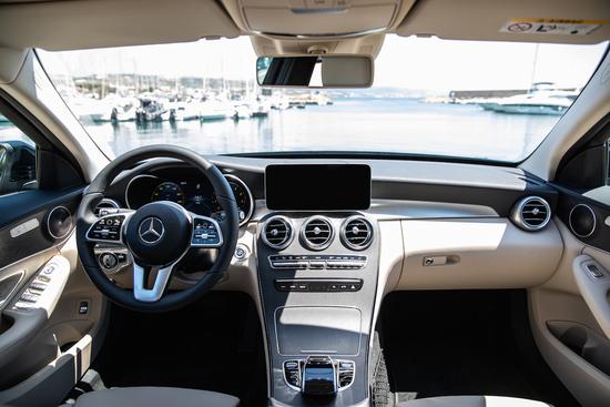 L'elegante e funzionale interno di Mercedes Classe C, privo però della piattaforma Mbux