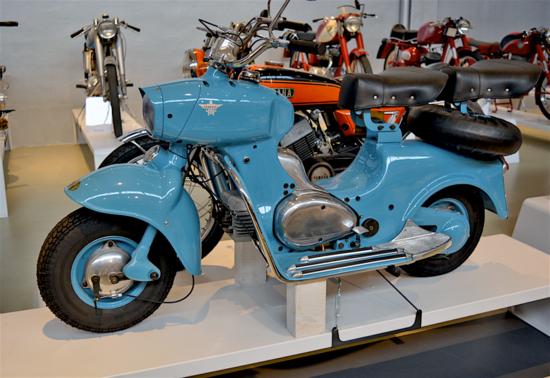 Il Formichino (qui fotografato nel museo Poggi) aveva un design straordinariamente avanzato per la sua epoca, dovuto all'estro e alle doti di artista dello stesso Donnino Rumi. Ed era anche l'unico scooter con motore bicilindrico…