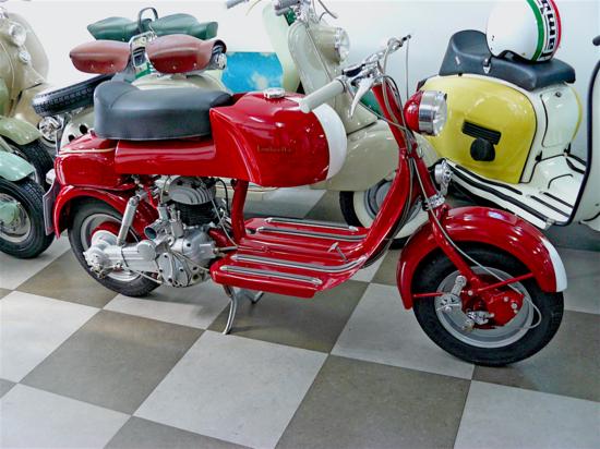 Negli anni Cinquanta in Italia le gare per gli scooter hanno avuto una certa popolarità e i costruttori stessi hanno talvolta realizzato versioni da corsa dei loro modelli stradali. Una Lambretta, non dissimile da questa, si è imposta nella sua classe nella Milano-Taranto del 1953