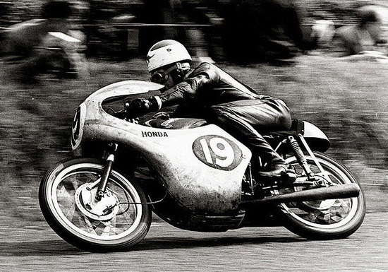 L'australiano Tom Phillis conquista la prima vittoria Honda, al TT del 1961