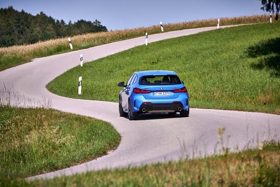 La BMW M135i 2019 promette grande divertimento tra le curve