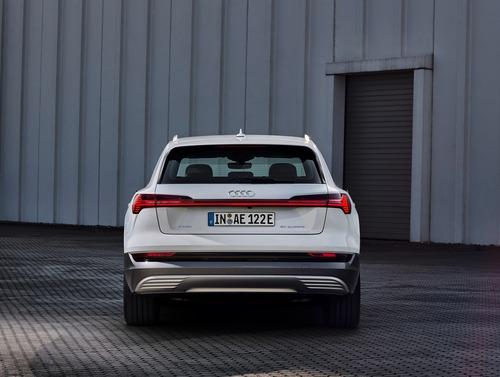 Audi e-tron, in arrivo la 50 quattro da 313 CV (8)