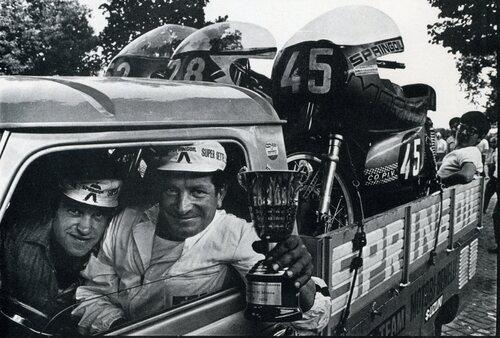 """Facce sorridenti a Monza nel 1972. Le moto sono tre Motobi e vengono trasportate su di un furgone, quasi un lusso all'epoca per le gare del campionato juniores. L'immagine è tratta da quel vero gioiello che è il libro fotografico """"I centauri"""" di Antonio Leale"""