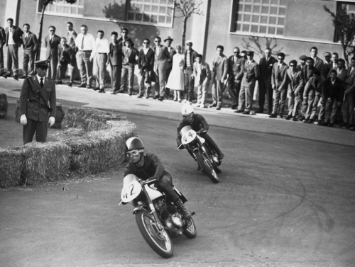 Nel 1958 il numero dei circuiti cittadini era in diminuzione ma quelli ancora esistenti ancora venivano impiegati per gare di buon livello. Qui siamo a Busto Arsizio nel 1958 durante la gara delle 175 Formula 3. I piloti sono Zubani e Tassinari, rispettivamente primo e secondo al traguardo, con le Morini Settebello