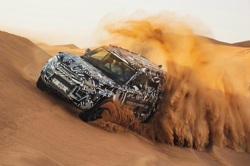 Land Rover Defender 2020, test nel deserto con la Croce Rossa