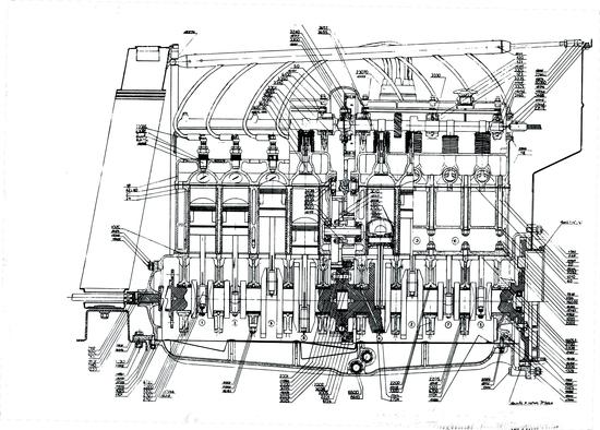 Sezione longitudinale di un motore Horch a otto cilindri in linea del 1927. Veniva impiegata una distribuzione bialbero, con comando ad alberello e coppie coniche. La cilindrata era di 3,4 litri e la potenza di 65 CV a 3400 giri/min. L'albero a gomiti poggiava su cinque supporti di banco