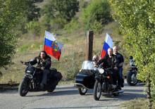 Chi si rivede: Putin in moto (senza casco). Tra la bufera delle proteste di Kiev