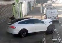 La Tesla Model X impazzisce (sostiene il proprietario): tragedia sfiorata [Video]