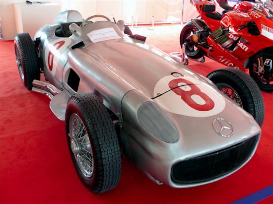 5-La Mercedes-Benz W 196 di 2500 cm3 ha dominato nei mondiali di Formula Uno del 1954 e del 1955. Il motore a otto cilindri in linea era fortemente inclinato, per portare il baricentro più vicino al suolo e per avere un cofano più basso (rispetto alla disposizione usuale). Al termine dell'evoluzione la potenza è arrivata a 290 CV a 8500 giri/min