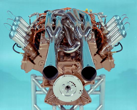 A Indianapolis nel 1965 la Ford ha interrotto il lungo dominio degli Offenhauser con questo bellissimo V8 bialbero. Qui si può notare la complessità del sistema di scarico resa necessaria dall'impiego di un albero a gomiti con manovelle a 90° (come sui motori di serie)