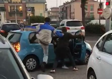 Ubriaco su VW Up! vola su due auto. Ferito un passante [VIDEO]