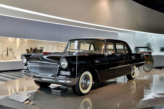 La Hongqi CA72 è stata la prima auto cinese. Hongqi è il marchio che rifornisce ancora oggi gli alti funzionari statali