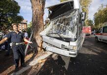 Roma, bus contro albero: 29 feriti, di cui 9 gravi
