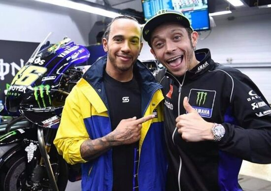 """Valentino Rossi sulla Mercedes di Hamilton. E Lewis sulla Yamaha M1. In arrivo la sfida tra """"big"""""""