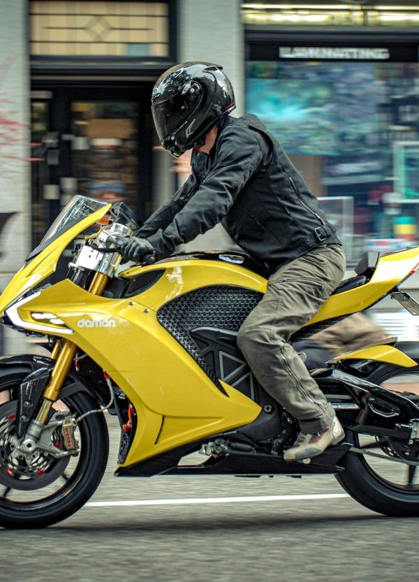 Damon Hypersport Pro. La moto con co-pilota e geometrie variabili