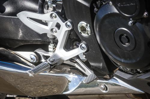 Le pedane della Suzuki GSX-S1000F, senza rivestimento in gomma: temperamento sportivo in bella vista