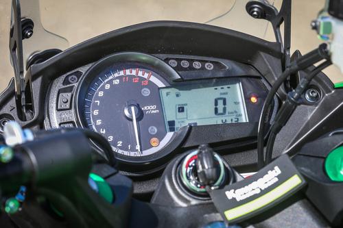 La strumentazione mista analogico/digitale della Kawasaki Z1000SX