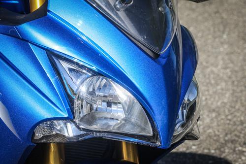 Il cupolino con doppio gruppo ottico della Suzuki GSX-S1000F