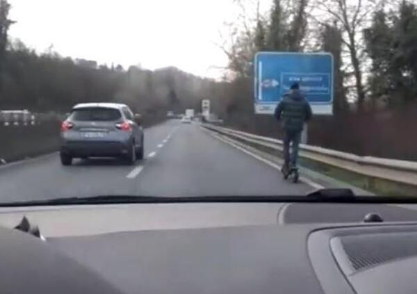 Con il monopattino elettrico in Superstrada. Però tenendo la destra... (Video)