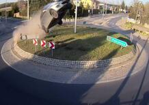 Suzuki Swift DECOLLA in rotatoria: l'incredibile incidente in Polonia