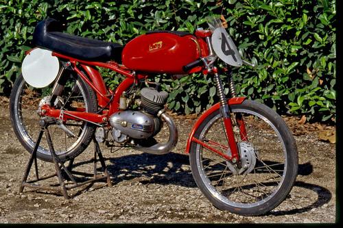 La Itom è stata per anni una delle più apprezzate costruttrici di ciclomotori sportivi. La versione da corsa è stata impiegata con grande successo anche all'estero. Tra l'altro è stata la moto con la quale Mike Hailwood ha fatto il suo esordio in pista. Da noi ha gareggiato a lungo in salita, con ottimi risultati