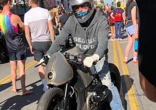 Brad Pitt in moto alla manifestazione per George Floyd
