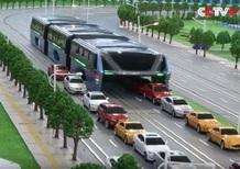 Cina, ecco il bus del futuro: sopraelevato per evitare il traffico [Video]