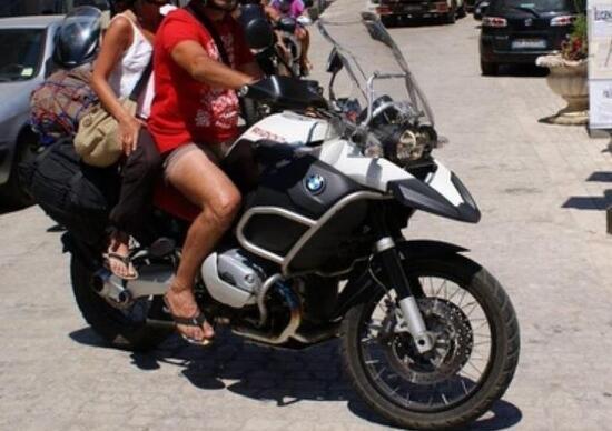 Si può guidare una moto in infradito o ciabatte?