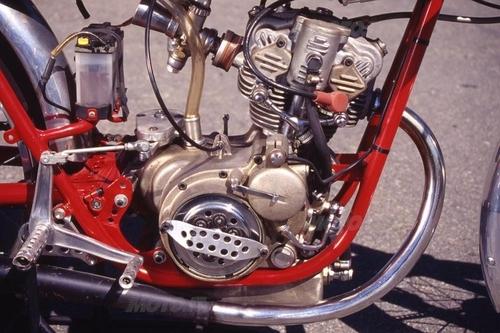 Lo splendido motore aveva la lubrificazione a carter umido,  doppia accensione e una frizione a secco
