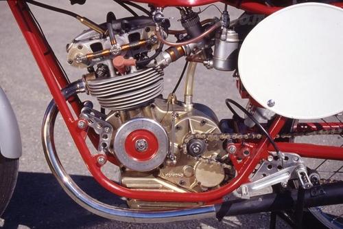 Il motore aveva il cambio estraibile e le molle delle valvole (a spillo) che lavoravano allo scoperto