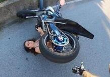 Moto fail: lo youtuber, lo stoppie e la povera fotografa che ha rischiato grosso [VIDEO VIRALE]