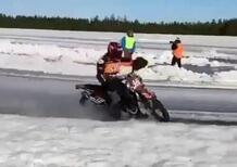MotoGP. Guai per KTM: Mika Kallio si è rotto tibia e perone durante una gara sul ghiaccio [VIDEO]