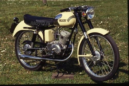 Laverda 75 prima versione, con forcella a parallelogramma e telaio in lamiera stampata. cambio a tre marce.3 cavalli. 1950-51