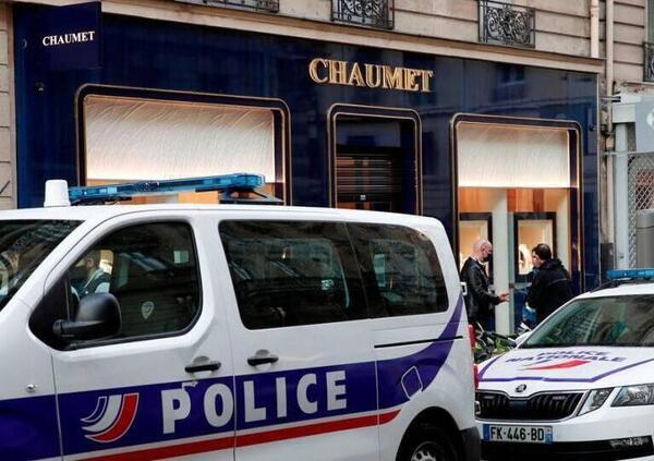 Rapina a Parigi. Lupin fugge sul monopattino elettrico