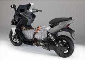 La batteria ad alta tensione agli ioni di litio raffreddata ad aria dalla generosa capacità di 8 kWh concede un'autonomia massima di 100 chilometri