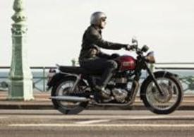 Triumph Bonneville T100 nera e rossa