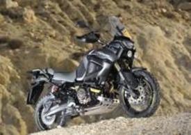 Yamaha XT1200Z Super Ténéré Worldcrosser. Sui lati del serbatoio spiccano i bellissimi fianchetti in carbonio