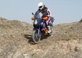 La 990 Adventure Dakar si conferma un prodotto altamente personalizzato e di nicchia, ideale per coloro che ritengono la R troppo spinta e la classica troppo… classica